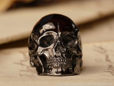 リアルなスカルリングにブラックロジウムをコーティングした作品