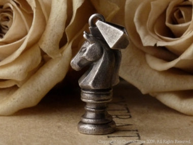 チェスモチーフのペンダントトップ