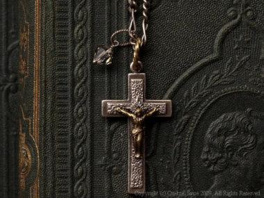 キリストの磔刑モチーフのペンダント