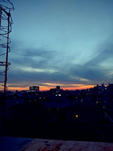 夕暮れの空と街